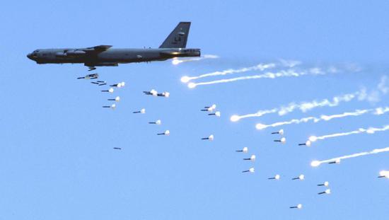 B-52轰炸机投掷炸弹