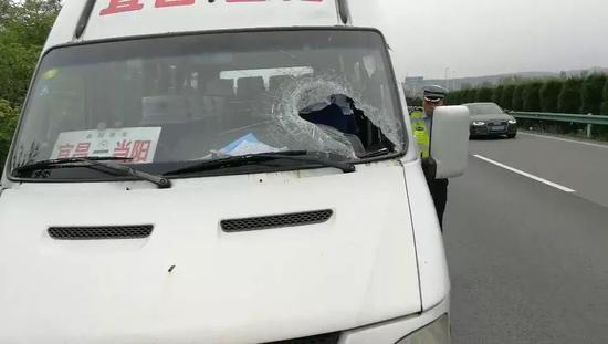 30斤铁片飞来砸穿风挡 受伤司机19秒停车救一车人