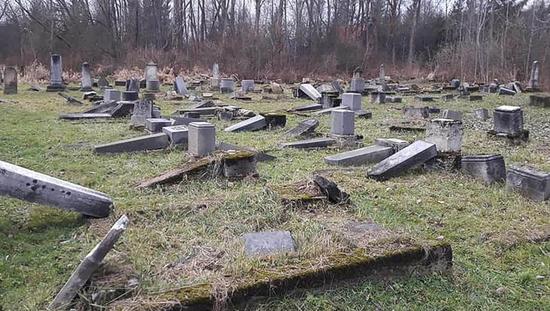斯洛伐克一犹太公墓遭破坏 大量墓碑被涂纳粹标志