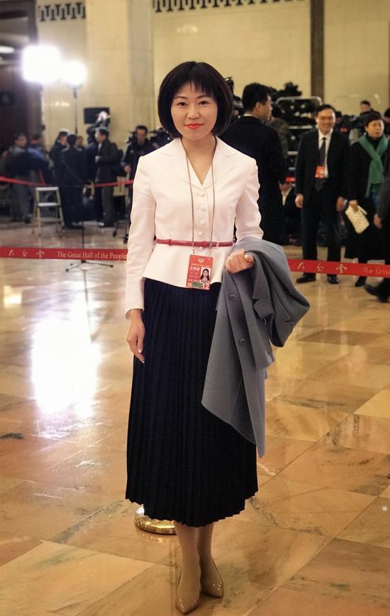 图片说明:全国政协新闻联络员杜萍在人民大会堂委员通道现场。