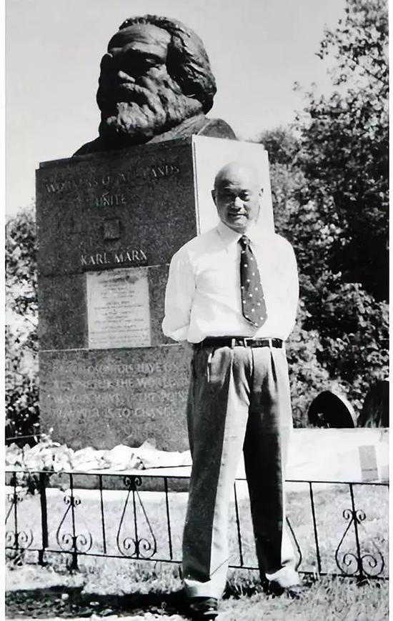 1978年,項南在倫敦海格特公園憑弔馬克思墓。