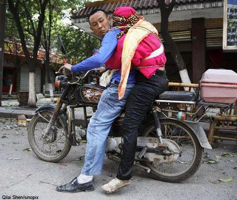 5.12地震中,吴加芳骑摩托背亡妻回家的照片。图片来自网络