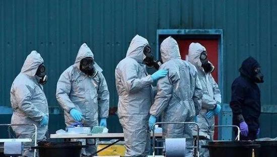 3月8日,工作人员裹防护服,检查俄罗斯前间谍斯克里帕利中毒现场。 视觉中国 图