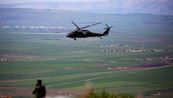2017年4月25日,一架联军直升机从叙利亚北部飞过。图片来源:视觉中国