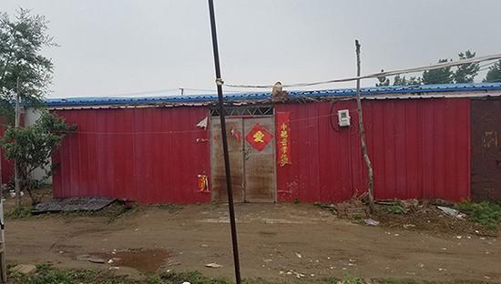 刘振华一家住在简易过渡房内。摄影:翟星理