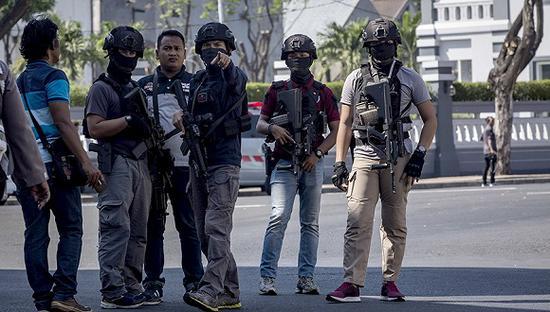 2018年5月14日,印尼泗水,泗水市警察局发生爆炸,图为印尼警察时候在警察局外戒备巡视。图片来源:视觉中国