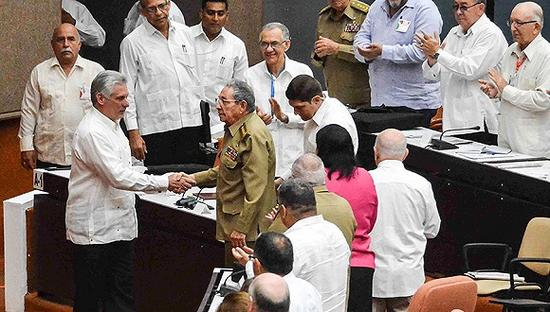 6月2日,古巴全国人民政权代表大会特殊会议,迪亚斯-卡内尔(左)和劳尔握手。图片来源:视觉中国