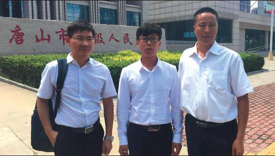 ▲8月9日,河北省唐山中级人民法院宣判廖海军无罪后,廖海军与两名律师在高院门口合影。