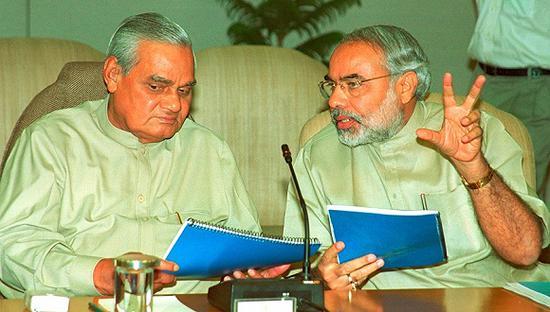 资料图:2002年3月27日,印度新德里,时任印度总理瓦杰帕伊与古吉拉特邦首席部长莫迪在总理官邸交谈。图片来源:视觉中国