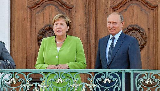 8月18日,德国总理默克尔在柏林以北的梅泽贝格宫国宾馆会晤到访的俄罗斯总统普京。图片来源:视觉中国
