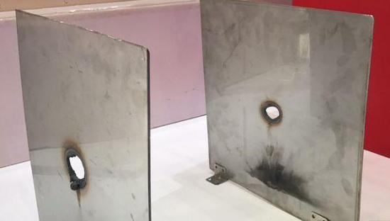 """资料图片:防务展上展出的""""沉默猎人""""激光炮烧穿的钢板。(图片来源于网络)"""
