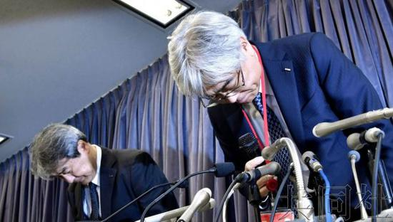 图说 19日,萱场工业公司负责人召开记者会并道歉。共同社