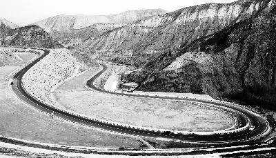 """图注:它打通了""""黄河三峡""""—刘家峡、盐锅峡和八盘峡三座水库的交通瓶颈,也是当地居民前往兰州和青海的快速通道。"""