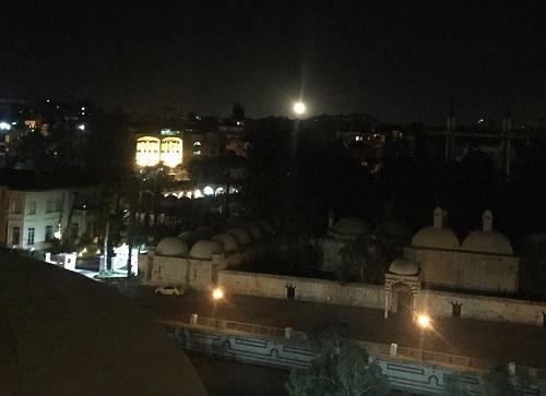 2018年4月17日,在叙利亚首都大马士革,城市南部有疑似防空导弹划过天空。 新华社记者 郑一晗 摄