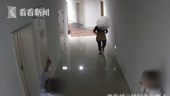男子趴女厕所隔板偷看 被抓后称不识字还当众脱