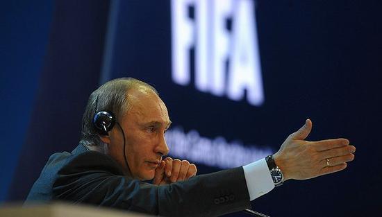 2010年12月2日,国际足联宣布俄罗斯获得2018世界杯举办权,普京带领俄申办团召开新闻发布会。图片来源:视觉中国