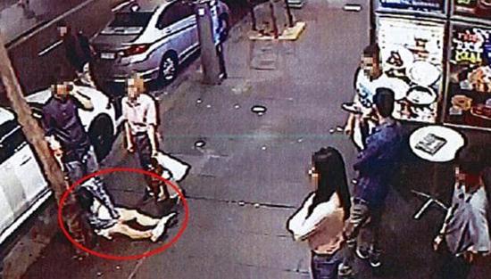 视频:把两名醉酒顾客扔路边 澳餐馆挨罚1万元