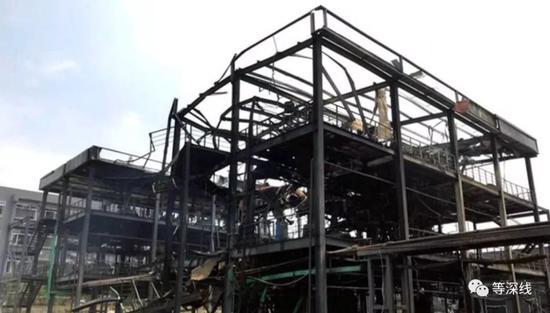 发生本次爆炸的恒达公司第二车间,屋顶被全部掀掉,三楼对应爆炸部位的工字钢、楼板、房梁也被全部掀掉。 《等深线》记者 程维 摄影