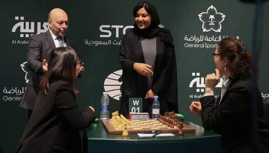 △瑞玛作为女性体育事务部门的副主席,出席沙特国内围棋比赛。