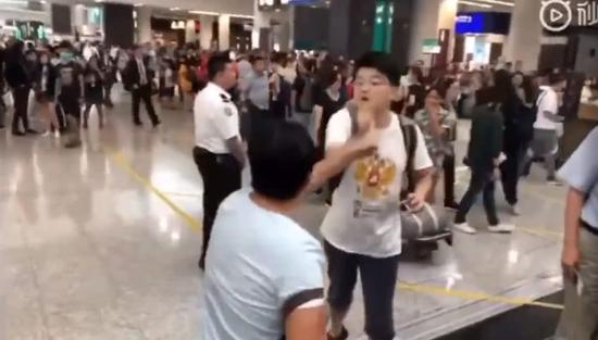 内地男子香港接受采访谴责暴徒 疑似被打