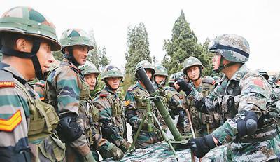 图为以前中印反恐联训中,中方向印方观摩人员讲解某型迫击炮的主要性能和操作方法。(来源:新华网)