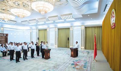 昨日,十三届全国人大常委会第三次会议在北京人民大会堂闭幕。图为十三届全国人大常委会在人民大会堂举行宪法宣誓仪式。新华社记者 李涛 摄