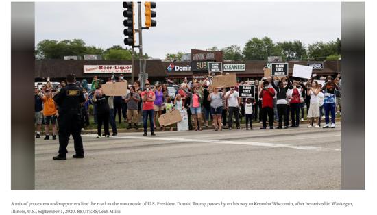 特朗普访问当天,一些示威者及特朗普的支持者聚集在基诺沙市。/ 路透社网站截图