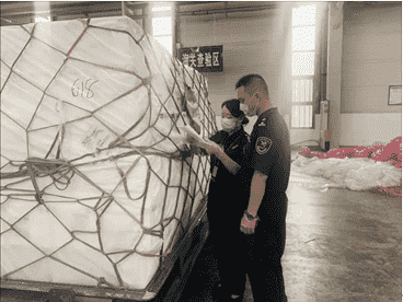 四川成都,海关事情职员对三文鱼举行抽检 图源成都日报