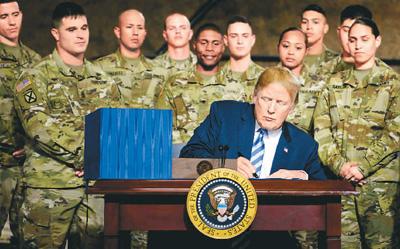8月13日,美国总统特朗普在纽约州一处军事基地签署2019财年国防授权法案。军费总额达7163亿美元,再创阿富汗和伊拉克战争以来新高。   新华社/法新