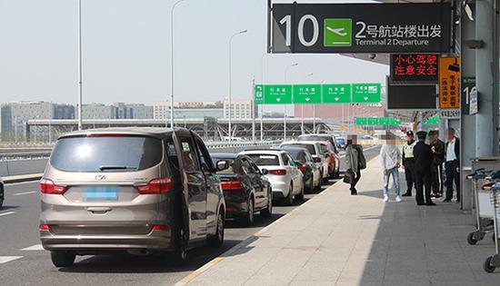 """4月3日,上海交通执法部门开展了代号为""""天网2号""""的网约车非法客运专项整治行动。图由上海市交通委执法总队提供。"""