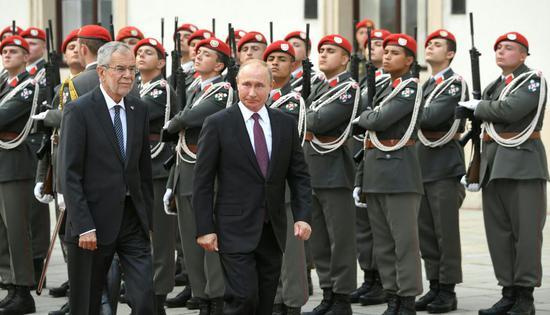 6月5日,在奥地利维也纳,奥地利总统范德贝伦(前左)和到访的俄罗斯总统普京(前右)检阅仪仗队。俄罗斯总统普京5日访问奥地利。新华社/法新
