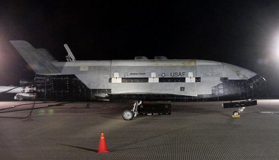 (完成试验返回地面的X-37B空天飞机试验飞行器)