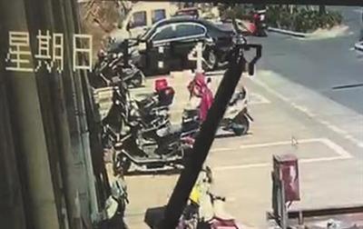 警方调取的监控视频显示,滕光并未碰撞伤者,伤者摔倒与其无关。 视频截图