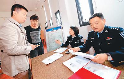 3月29日,西安市公安局高新分局高新路派出所户籍民警在户籍新政宣传活动上现场受理落户需求。新华社记者 李一博摄