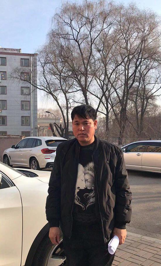 刘忠林在律师陪同下领取国家赔偿决定书。 屈振红律师 图