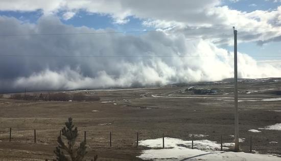 最低的云!滚动云层紧贴地面掠过小镇 宛如海啸横扫