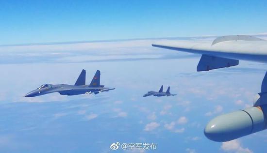 """▲资料图片:4月19日,中国空军多型战机连续""""绕岛巡航""""检验实战能力。(微博""""空军发布"""")"""