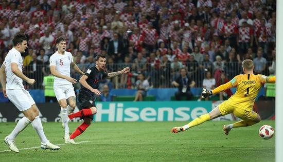 ▲克罗地亚队球员曼朱基奇在比赛中射门得分。 图片来源:新华社