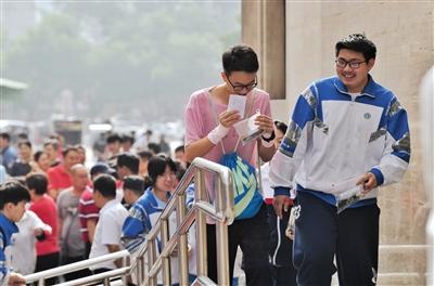 昨日,陈经纶中学(本部),考生步入考场。新京报记者 李木易 摄