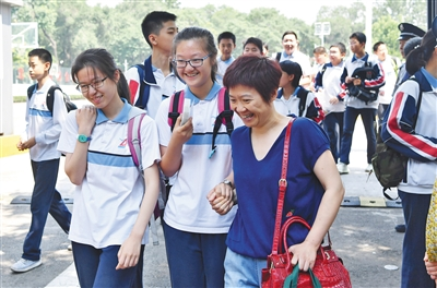 昨日,在东直门中学考点,语文考试结束后,走出考场的考生与家长有说有笑。本版摄影/新京报记者 李木易