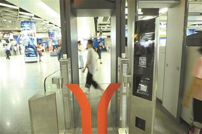 """近日,在珠江新城站等站点放置了一台新型""""人脸识别""""闸机。广州日报全媒体记者骆昌威 摄"""