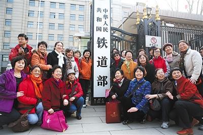 2013年3月14日,市民在铁道部牌匾前合影留念。根据当年的国务院机构改革和职能转变方案,实行铁路政企分开,不再保留铁道部。新京报记者 侯少卿 摄