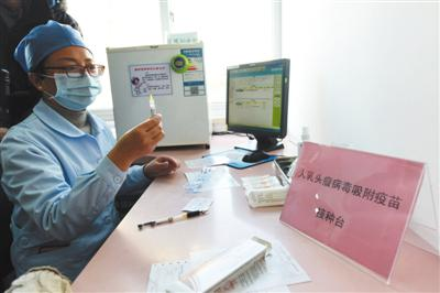 2018年1月9日,浙江杭州,医护人员在进行4价HPV疫苗接种准备。图/视觉中国