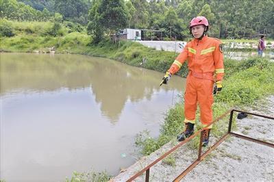 私家车坠塘司机被困水中 休假消防员数次潜水抢救