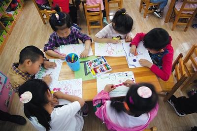 2019-04-20,北京,妙峰山民族学校幼儿园开展为母亲画张画活动,喜迎母亲节的到来。图/视觉中国