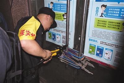 6月6日上午,涉案楼盘外,申请执行人雇用保安剪开十余把门锁。实习生 陈婉婷 摄
