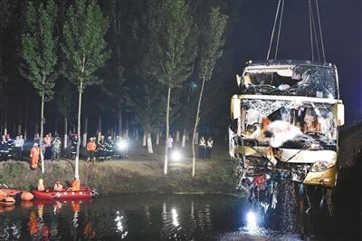 事故车辆被起吊出水