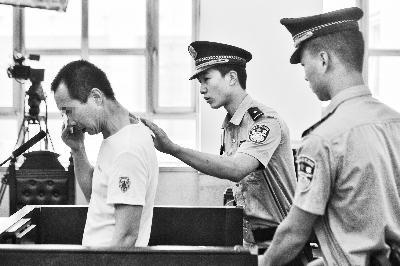 李某听到判决后,后悔地哭了,法警示意其坐下 摄/记者 郭谦