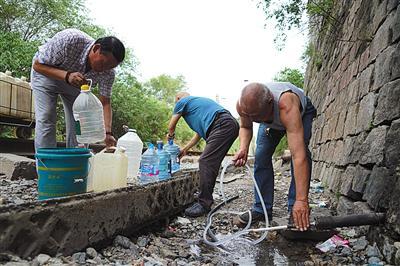 近日,门头沟曹家沟,多位村民排队接水。新京报记者 王贵彬 摄