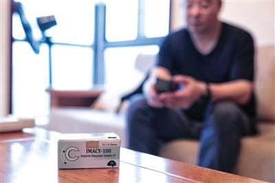 7月6日,江苏无锡,慢粒白血病患者陆勇在接受采访,桌上放着他服用的仿制药。4年前,陆勇因代购印度仿制药被公诉,后检察院作出不起诉决定。新京报记者 王嘉宁 摄